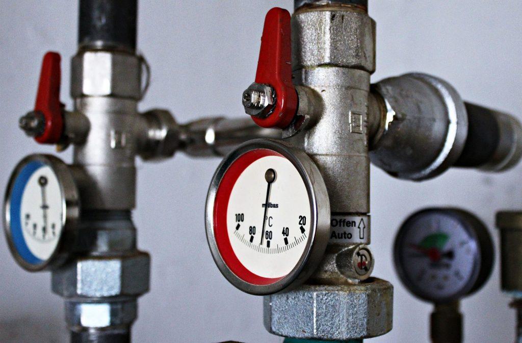 Deux thermostats à aiguille pour un sytème de chauffage