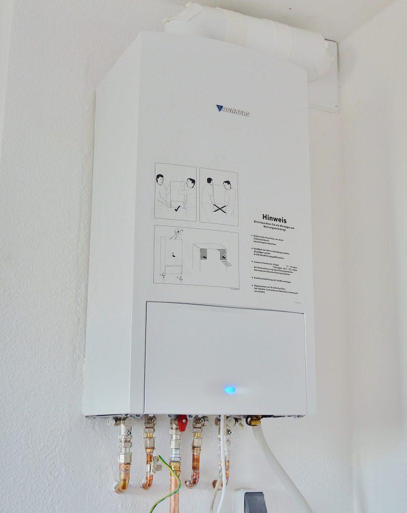 Une chaudière à gaz blanche installée dans une maison individuelle