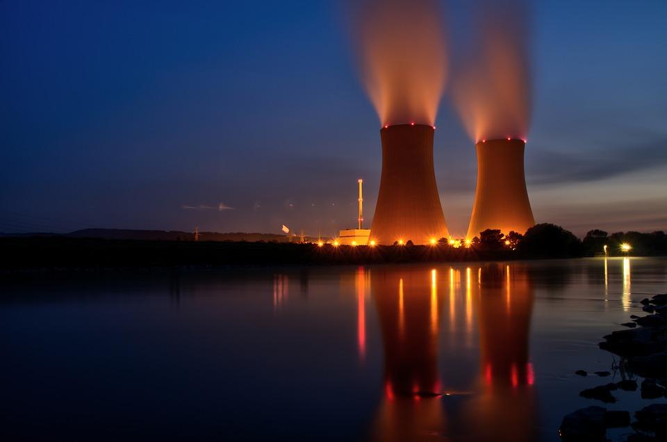 Réacteurs nucléaires éclairés la nuit