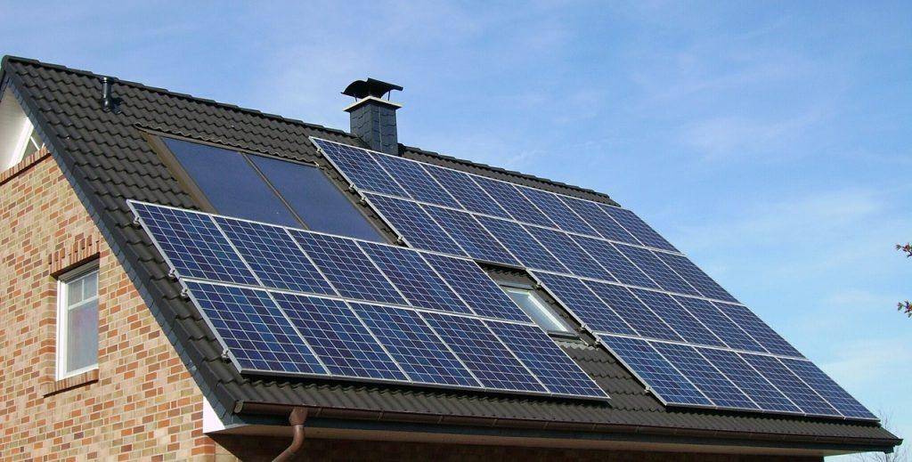 un toit de panneaux solaires