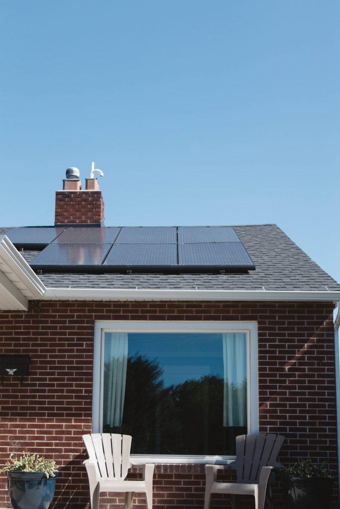 Une maison avec des panneaux solaires sur le toit