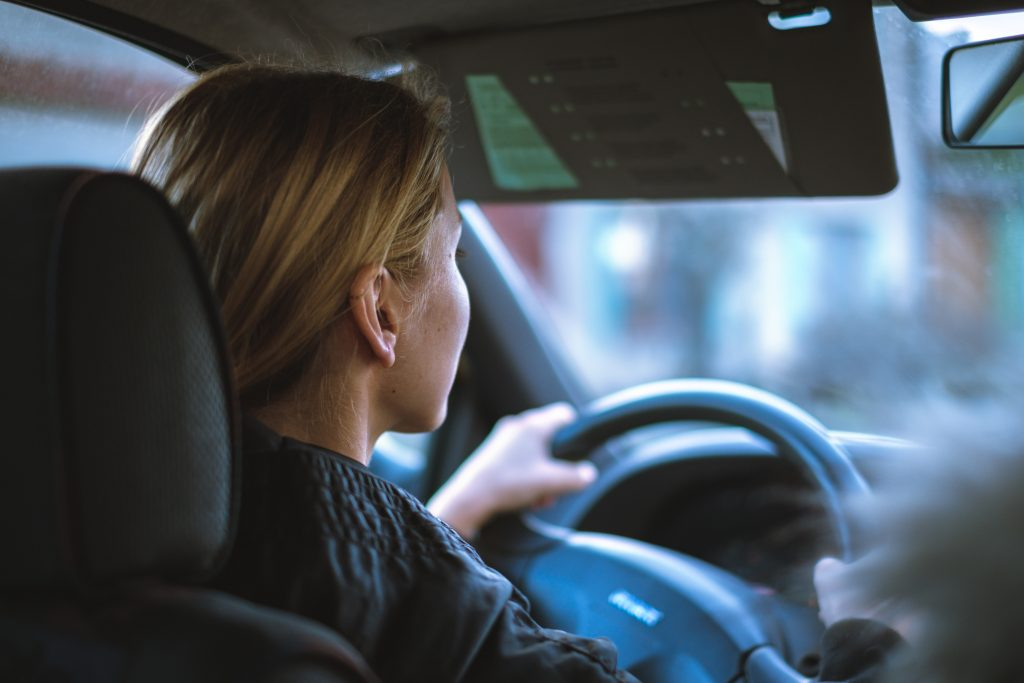 Une femme conduisant une voiture