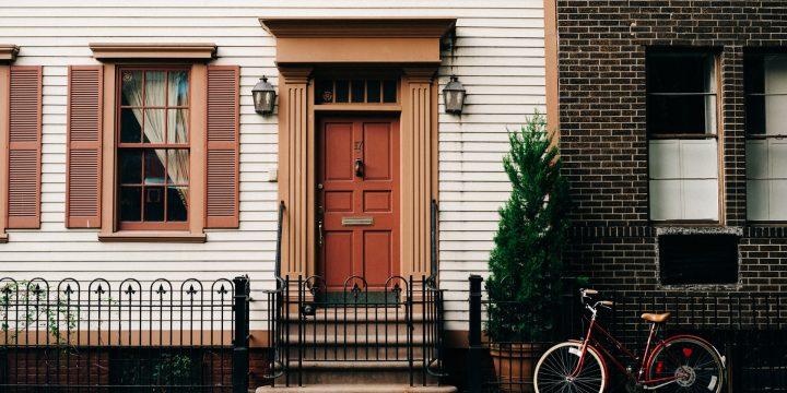 Comment bien choisir sa porte d'entrée pour consommer moins?